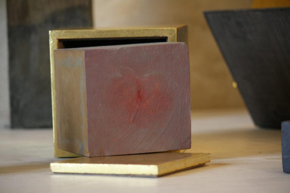 Cube sortant de sa boîte dorée 15 cm de côté 2012