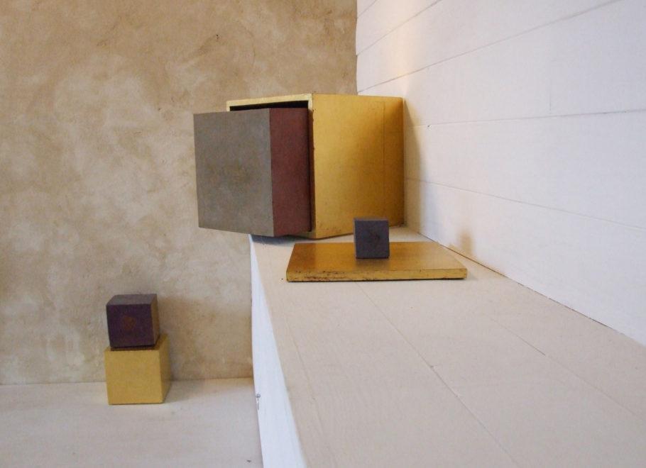 3 Cubes et 2 boîtes dorées dans l'atelier 2013